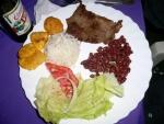 Fleisch mit Reis Bohnen und Platanos - Kochbananen und bier - Foto Ulla Sparrer